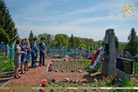 Торжественное возложение цветов к братской могиле д. Старое Село